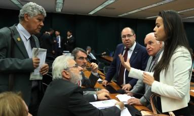 A deputada Shéridan Oliveira (PSDB-RR) conversa com parlamentares na comissão de reforma política Foto: Givaldo Barbosa / Agência O Globo / 9-8-17