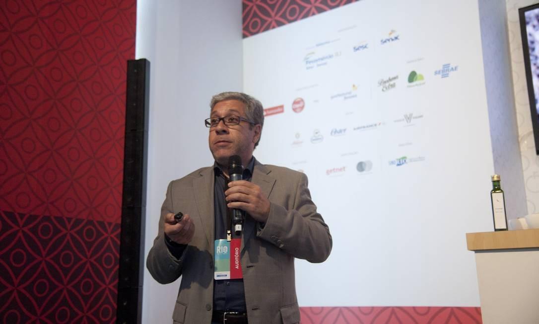 No Auditório Santander, Luiz Barbui contou a história do Guaspari, o vinho paulista que caiu no gosto dos ingleses Foto: Adriana Lorete / Agência O Globo