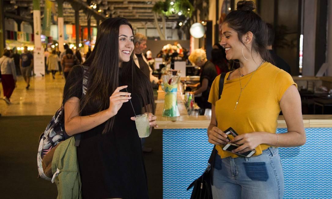 As amigas Camile Dinucci e Amanda Maia foram curtir o happy hour no Píer Mauá Foto: Monica Imbuzeiro / Agência O Globo