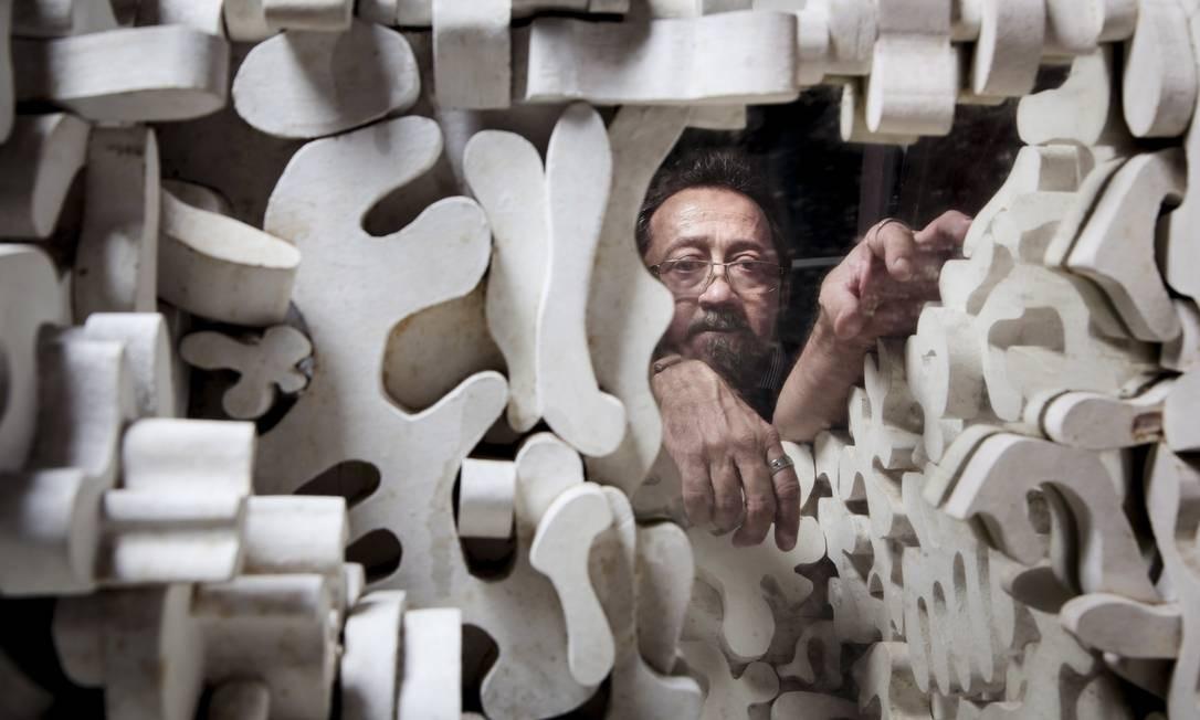 Heraldo Serpa refletido no interior de uma das arcas criadas pelo pai Foto: Leo Martins / Agência O Globo