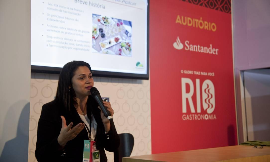 O vinho e suas várias harmonizações foi o tema da aula da especialista Juliane Oliveira Foto: Adriana Lorete / Agência O Globo