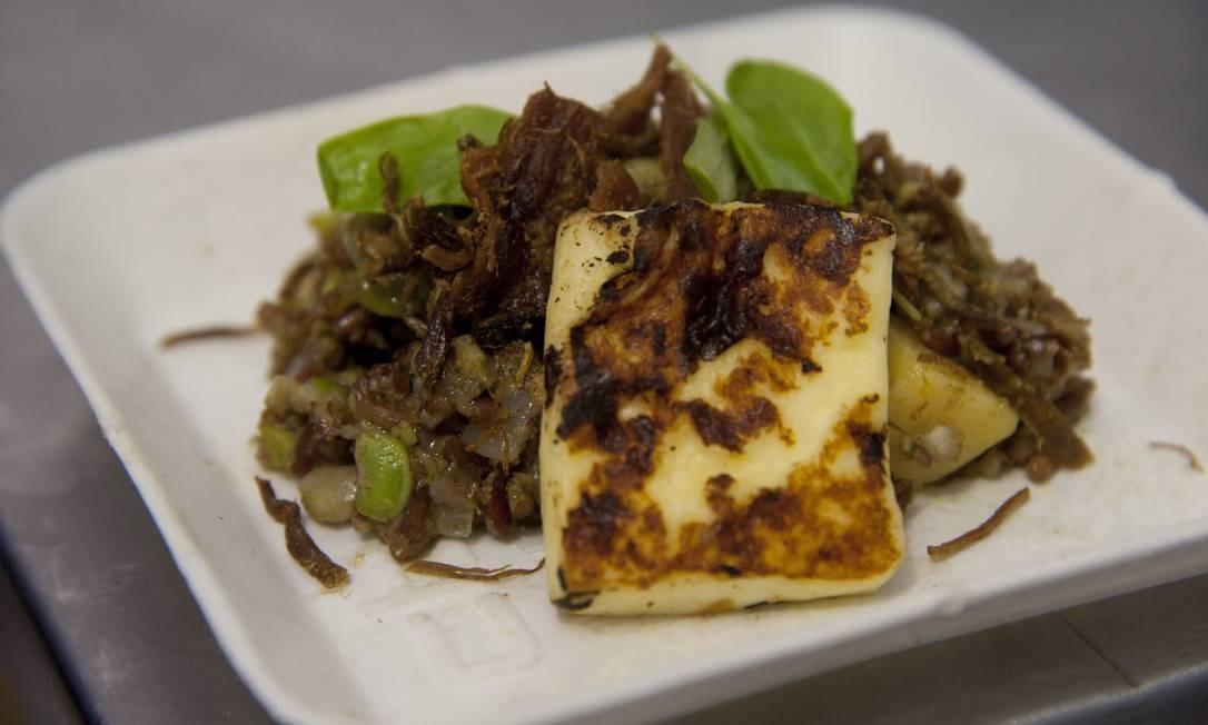 """O virado ao """"'moi' do coentro"""" de César Santos foi preparado com feijão verde com arroz vermelho, carne seca e queijo coalho frito Adriana Lorete / Agência O Globo"""