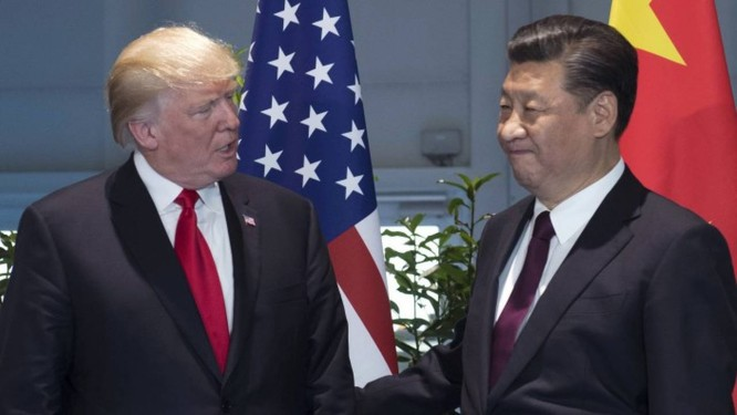 Em julho, presidente dos EUA, Donald Trump, e presidente da China, Xi Jinping, chegam para reunião à margem do G-20 Foto: Saul Loeb / AP