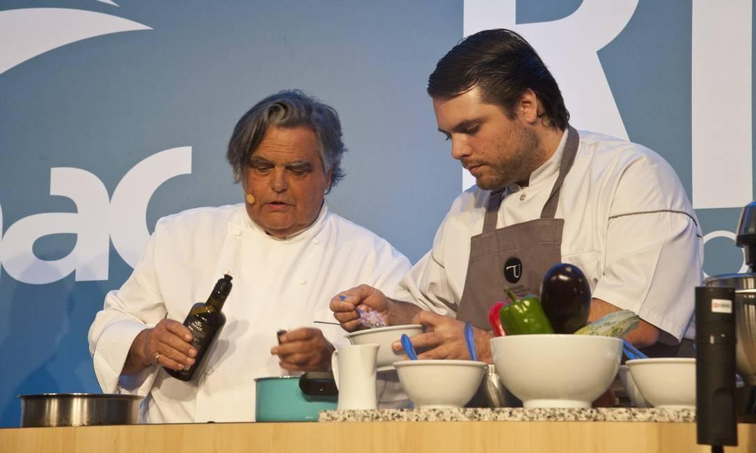 O chef francês Jean-Paul Bondoux dividiu com o público suas receitas de família e cozinhou com o filho Aurelien Bondoux (de avental) Adriana Lorete / Agência O Globo