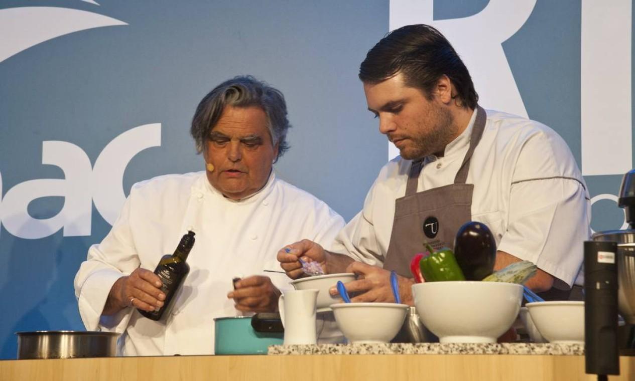 O chef francês Jean-Paul Bondoux dividiu com o público suas receitas de família e cozinhou com o filho Aurelien Bondoux (de avental) Foto: Adriana Lorete / Agência O Globo