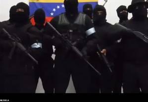 Mais força. Encapuzados e vestidos de preto, militares e civis aparecem em vídeo com manifesto de adesão à rebelião comandada no último domingo por Juan Caguaripano