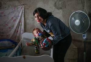 Paula Pereira com o filho Foto: Marcos Alves / Agência O Globo