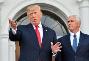 Donald Trump, ao lado do vice-presidente, Mike Pence, fala com a imprensa em sue clube de golfe em Nova Jersey Foto: NICHOLAS KAMM / AFP