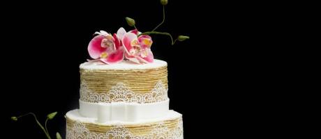 Três andares: dois sabores de bolo de rolo e um tradicional, com flores de açúcar, na criação do Casal Garcia Foto: Divulgação / Tai Ravedutti