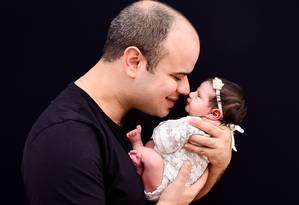 Rafael Barbosa, da Marsh,vai ficar 35 dias com a filha Carolina Foto: Elaine Lavorato/Divulgação
