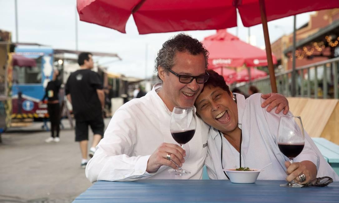 O chef Marcelo Barcellos, do Barsa, serviu ragu de cordeiro com polenta para a colega Katia Barbosa, do Aconchego Carioca Adriana Lorete / Agência O Globo