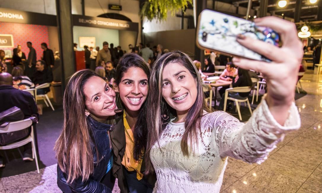 Bela Gil posou para selfies com fãs no Píer Mauá Foto: Adriana Lorete / Agência O Globo