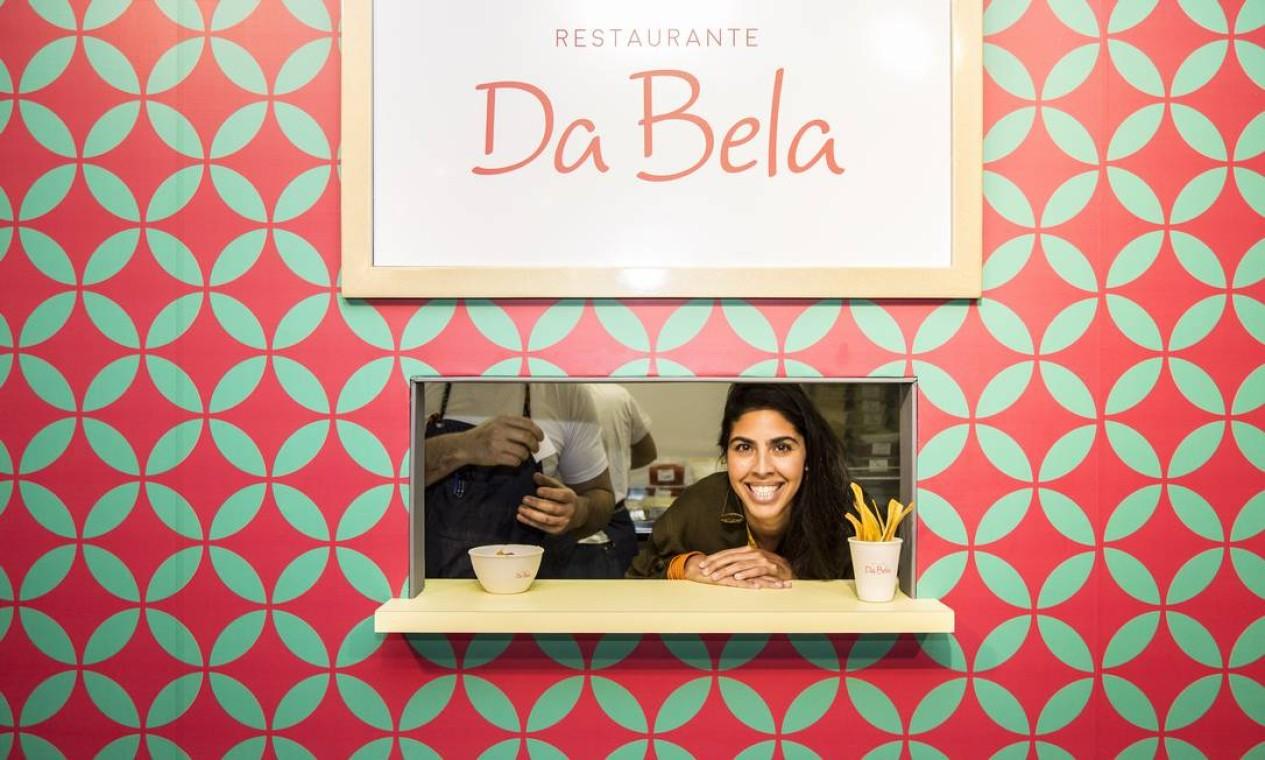 Bela Gil, que está com uma filial temporária de seu restaurante no Rio Gastronomia, fez sucesso nesta sexta-feira no Píer Mauá Foto: Hermes de Paula / Agência O Globo
