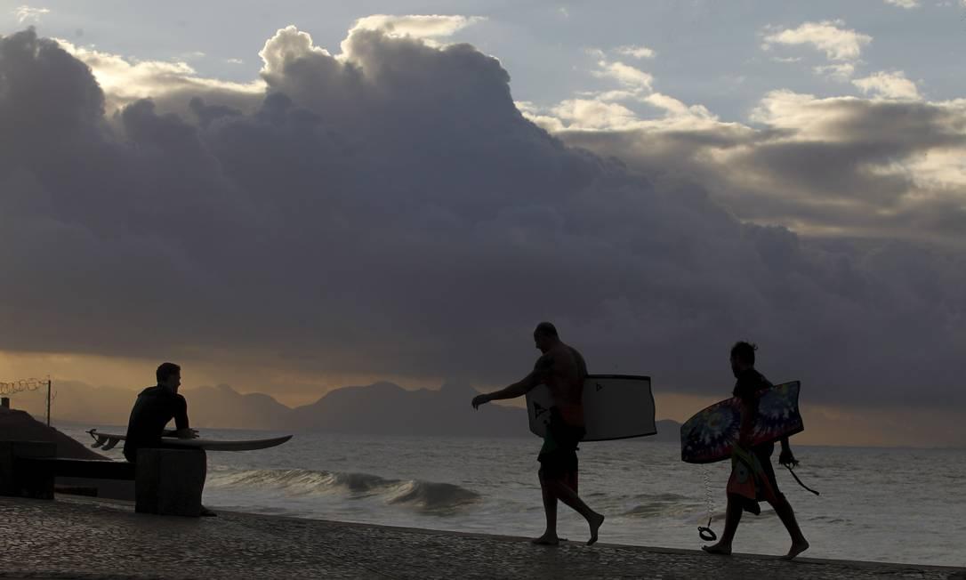 Apesar de não ter correspondido as expectativas, surfistas conseguiram aproveitar boas ondas no litoral Pedro Teixeira / Agência O Globo
