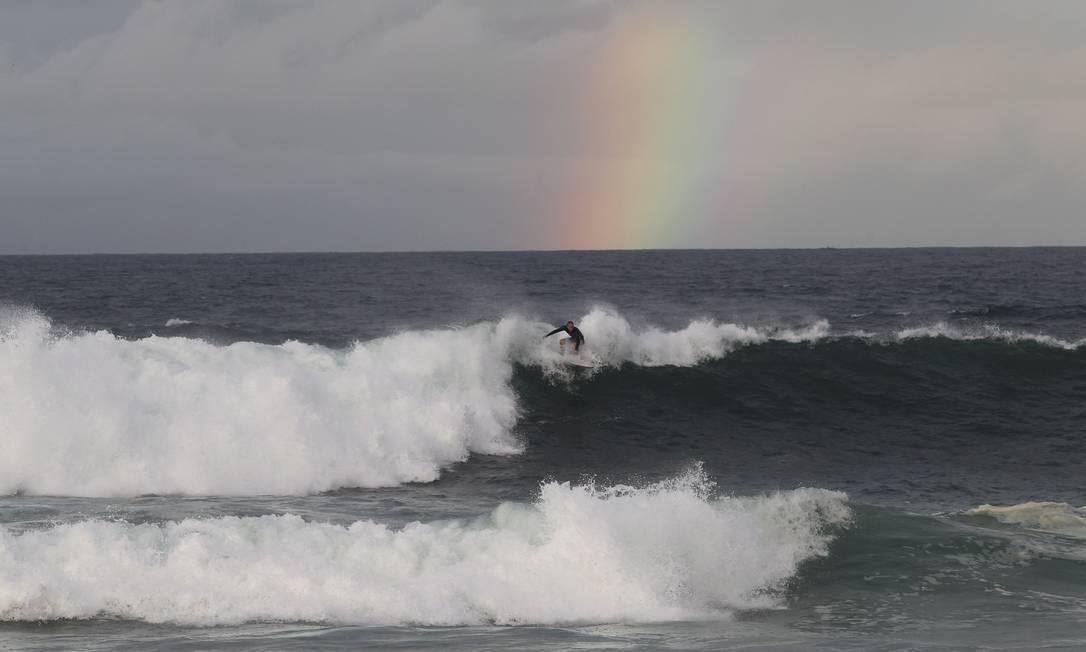 Amanhecer na Orla da Zona Sul com inicio de ressaca. A previsão da Marinha era de ondas de até 4 metros Pedro Teixeira / Agência O Globo