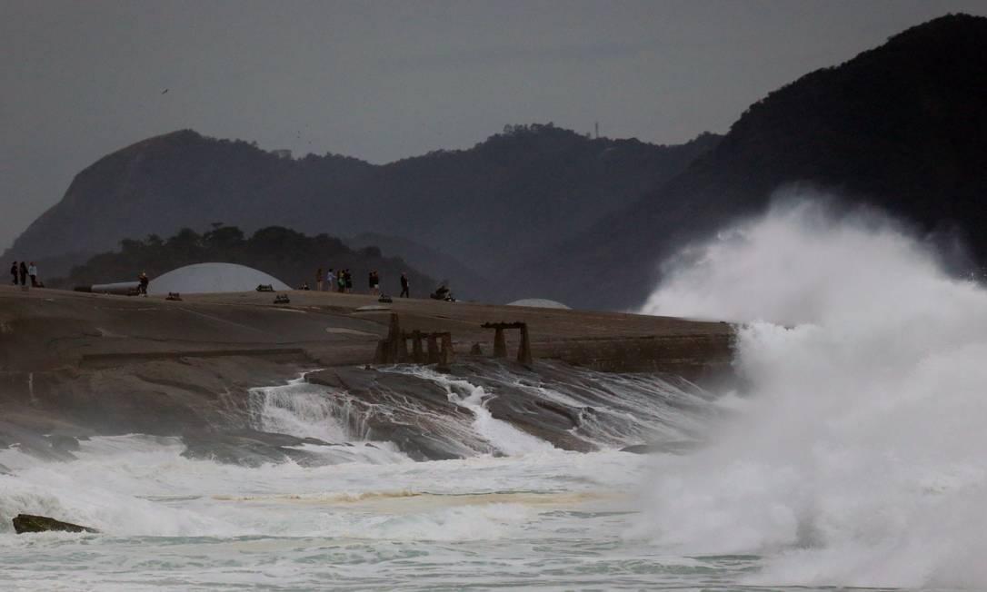 Orla do Rio tem ressaca até segunda-feira; Patrulhamento dos bombeiros foi reforçado Márcio Alves / Agência O Globo
