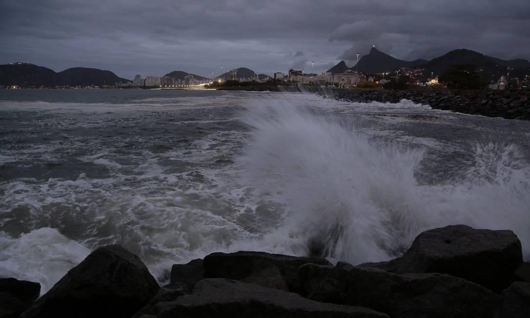 Ressaca atinge pedras na área atrás do Aeroporto Santos Dumont Thiago Freitas / Agência O Globo