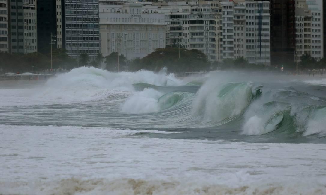 Segundo o Climatempo, ondas amanhãs devem ter entre 3,5 a 4,5 metros na praia Márcio Alves / Agência O Globo