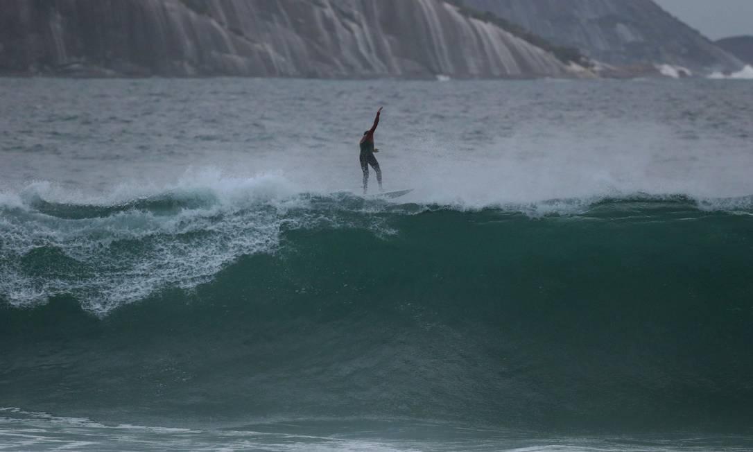 Praia do Arpoador foi aposta entre os esportistas. Amanhã, o local ainda deve ser um dos picos mais procurados Márcio Alves / Agência O Globo