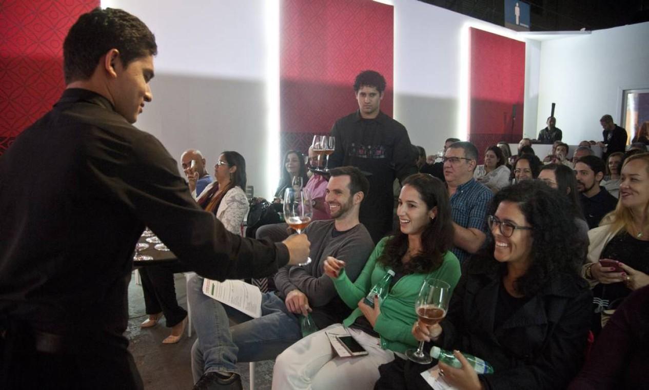 No auditório Santander, José Honorato e Ana Paula Mendonça brindaram o público com uma aula sobre a Rota Cervejeira da região serrana do Rio Foto: Adriana Lorete / Agência O Globo
