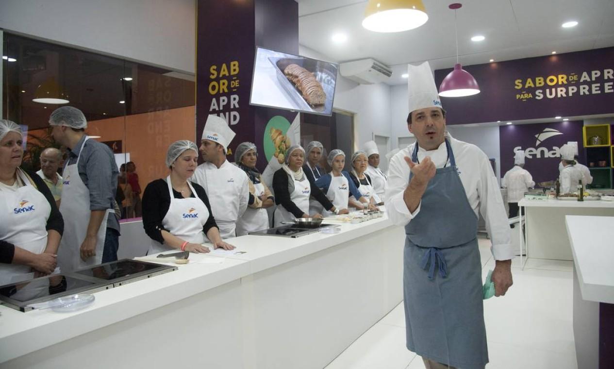 Christophe Lidy ensinou receitas de tartines na Cozinha Mão na Massa Foto: Adriana Lorete / Agência O Globo