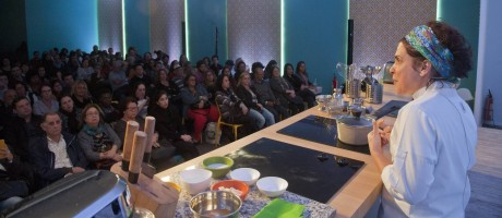 Flávia Quaresma ensinou os segredos da de suas bolinhas de profiteroles Foto: Adriana Lorete / Agência O Globo