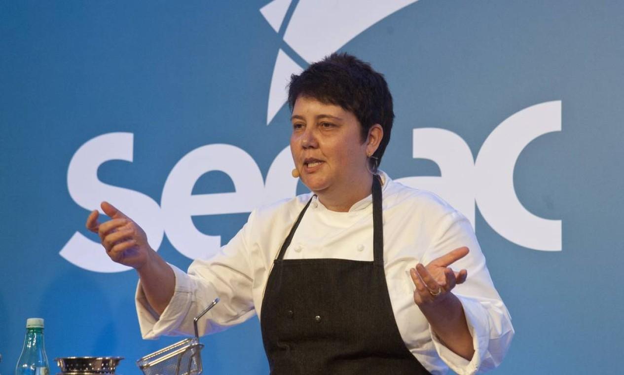 Roberta Sudbrack foi uma das chefs mais aguardadas pelo público nesta sexta-feira. Ela serviu bolo 'de nada' e chá de jasmim para a plateia Foto: Agência O Globo