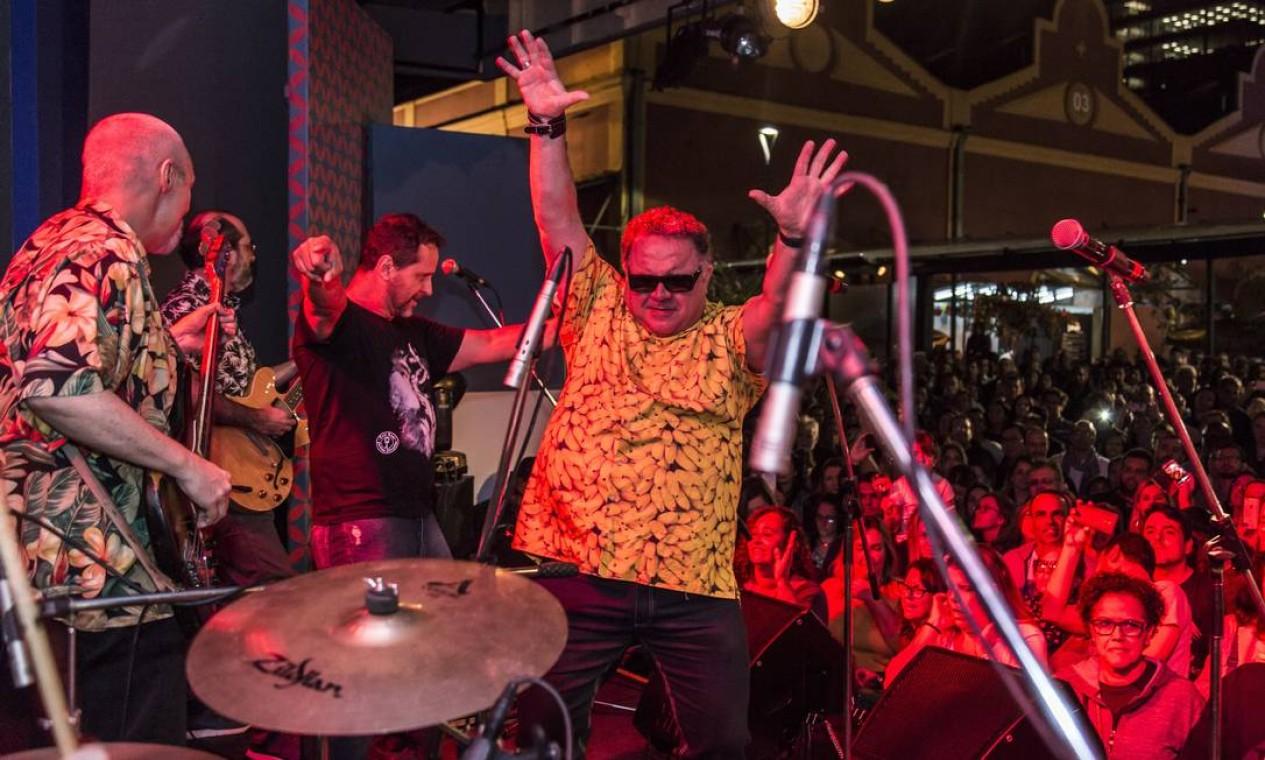 O cantor Léo Jaime fez participação especial no show dos amigos da banda João Penca e Seus Miquinhos Amestrados Foto: Hermes de Paula / Agência O Globo