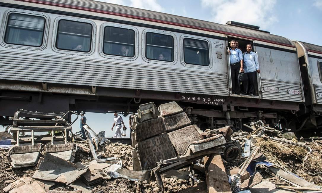 Na manhã deste sábado, passageiros de um trem que passava pelo local do acidente observaram a cena de destruição KHALED DESOUKI / AFP
