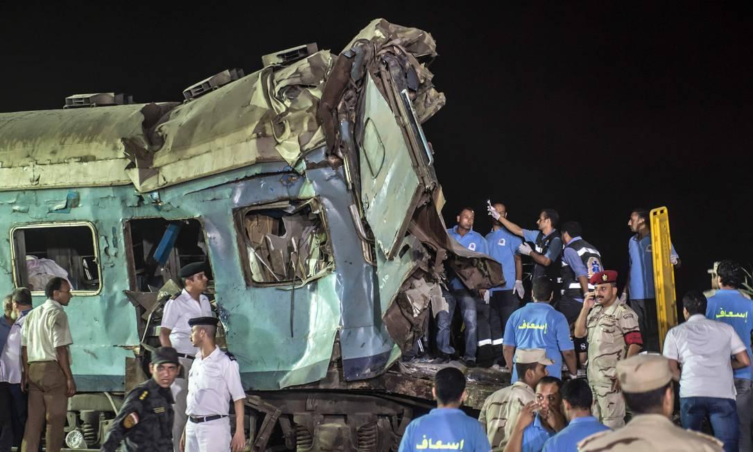 Os veículos ficaram com algumas partes bastante destruídas. Não à toa, mais de 170 passageiros ficaram feridos KHALED DESOUKI / AFP