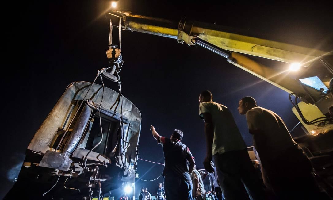 Serviços de emergência levaram veículos capazes de erguer partes dos vagões, para desobstruir os trilhos e para ajudar no resgate dos corpos e no atendimento aos feridos KHALED DESOUKI / AFP