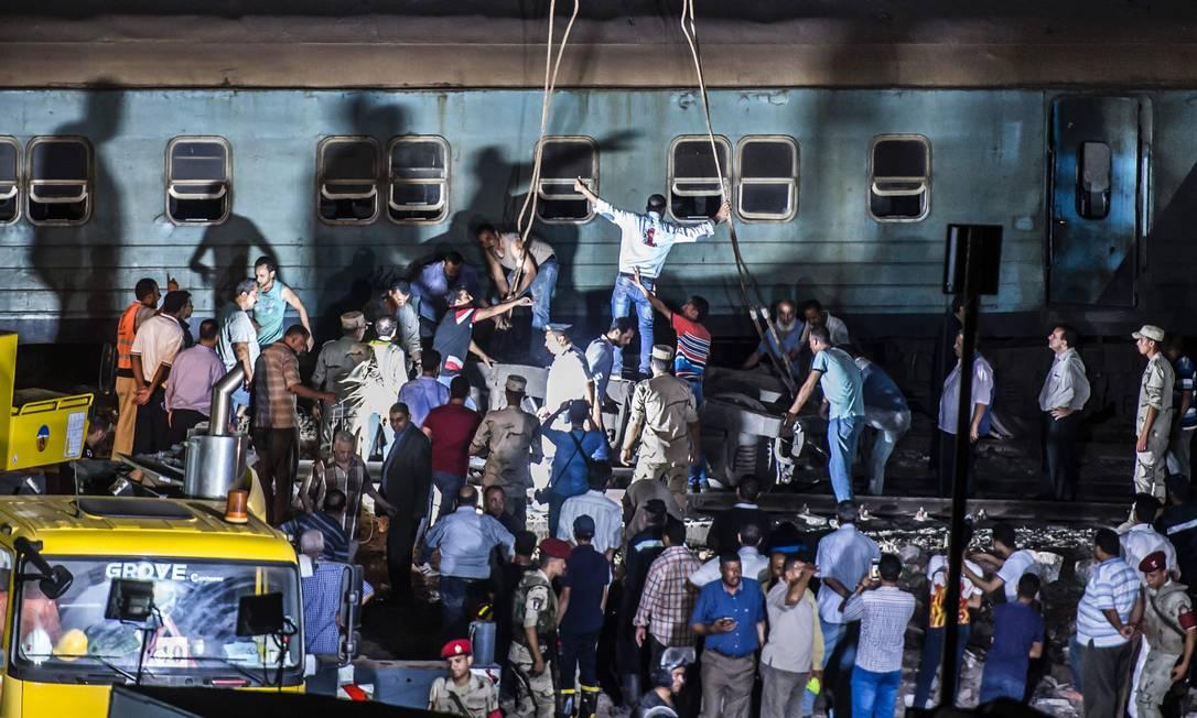 Equipes de resgate removeram destroços para tentar salvar vítimas KHALED DESOUKI / AFP