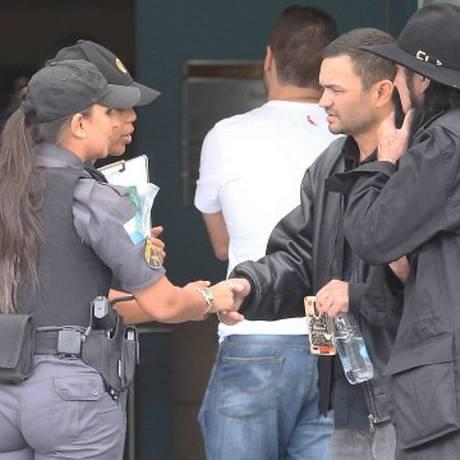 Alexandre Bessa Cordeiro, irmão de PM morta, cumprimenta outros policiais Foto: Guilherme Pinto
