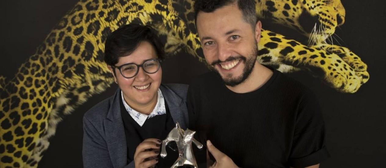 Marco Dutra e Juliana Rojas com o Prêmio Especial do Juri do 70º Festival de Locarno Foto: Divulgação