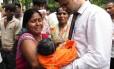 Pais de crianças que morreram no hospital Baba Raghav Das, no distrito de Gorakhpur, na Ìndia, choram por seus filhos