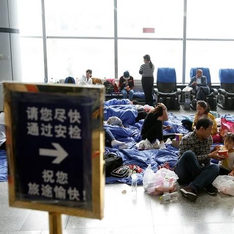 Passageiros esperam seu voo no aeroporto de Jiuzhaigou Foto: THOMAS PETER / REUTERS