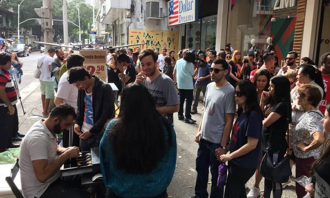 Esfihaço para ajudar sírio vítima de xenofobia lota esquina de Copacabana