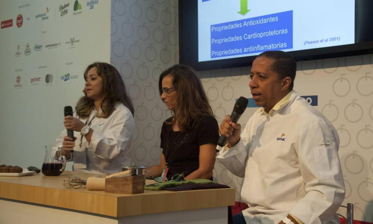 Daniela de Almeida (preto), Marcelo Soares e Patrícia Barros falaram sobre alimentos funcionais e fitoterápicos voltada para a estética Foto: Adriana Lorete / Agência O Globo