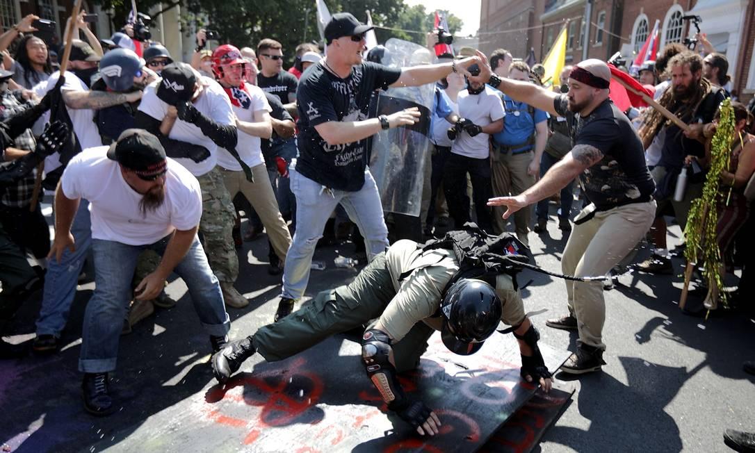 Supremacistas brancos, neonazistas e membros de outros grupos de extrema-direita entram em confronto com manifestantes antirracismo durante o protesto 'Una a direita' em Charlottesville, no estado de Vírginia, EUA CHIP SOMODEVILLA / AFP