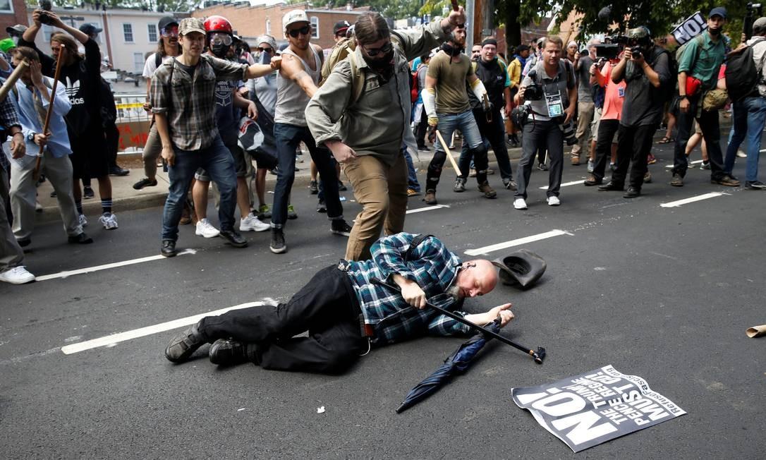 Homem cai durante um confronto entre supremacistas brancos e pessoas que militam contra o fascismo em Charlottesville, Virgínia, EUA JOSHUA ROBERTS / REUTERS