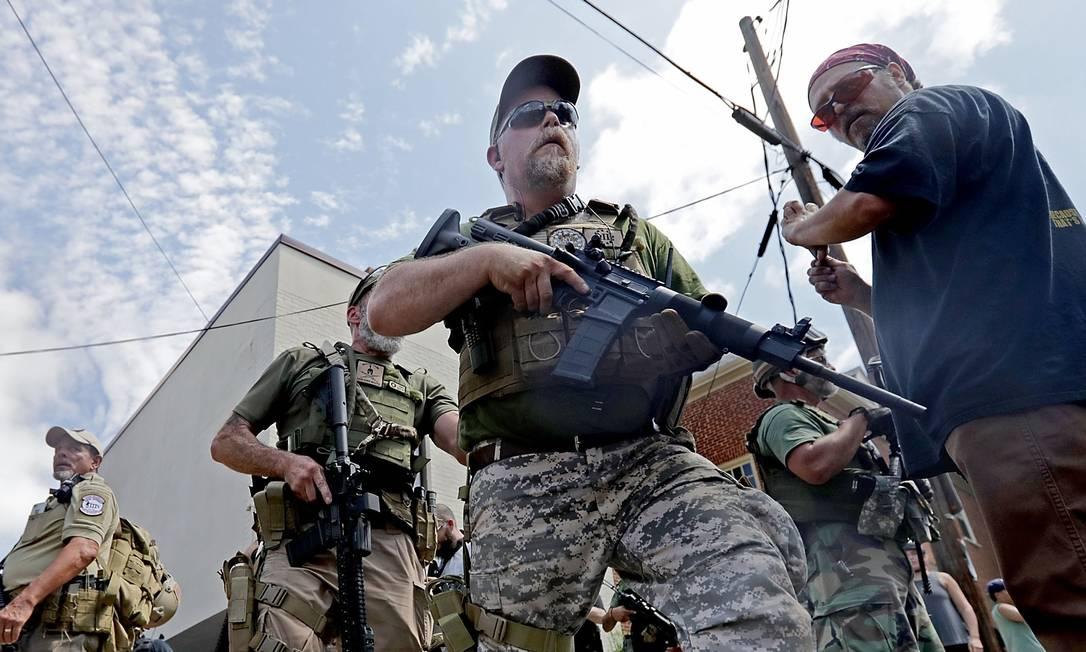 Supremacistas brancos, neonazistas e membros de outros grupos de extrema-direita vestem uniforme e usam armas de guerra durante uma manifestação CHIP SOMODEVILLA / AFP