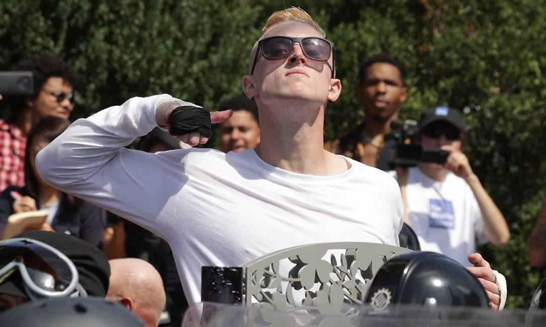 Homem faz um gesto contra manifestantes antirracismo em Charlottesville, no estado de Vírginia, EUA CHIP SOMODEVILLA / AFP