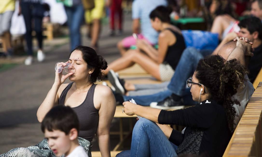 E o público aproveitou a tarde de sol para relaxar no Píer Mauá Monica Imbuzeiro / Agência O Globo