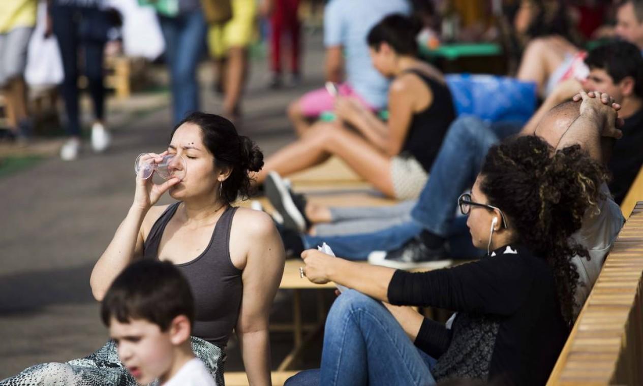 E o público aproveitou a tarde de sol para relaxar no Píer Mauá Foto: Monica Imbuzeiro / Agência O Globo
