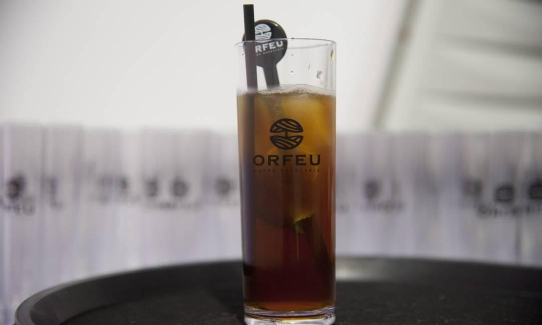 Ana Argenta serviu o drink Arpoador, feito com café, água de coco, hortelã e gelo Adriana Lorete / Agência O Globo