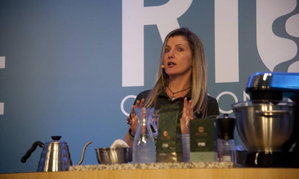 A consultora Ana Argenta deu uma aula sobre a evolução do café, do tradicional aos especiais Foto: Adriana Lorete / Agência O Globo