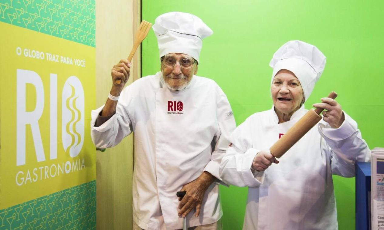 Rubens Galhasso de Oliveira, 94 anos, e Dalva Nogueira de Faria, 86, brincaram de 'chefs' Foto: Monica Imbuzeiro / Agência O Globo