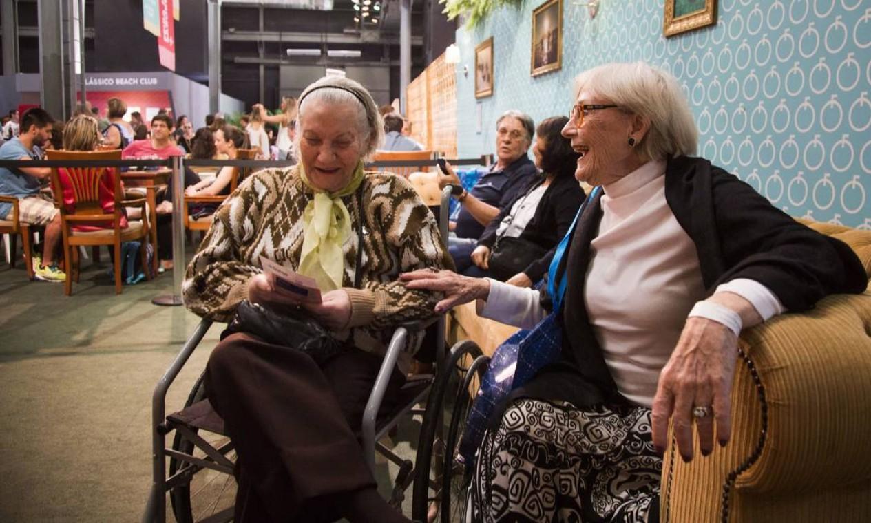 Ana Ellwanger, 74 anos, e Dalva Nogueira de Faria, 86 anos, também se divertiram no Píer Mauá Foto: Monica Imbuzeiro / Agência O Globo