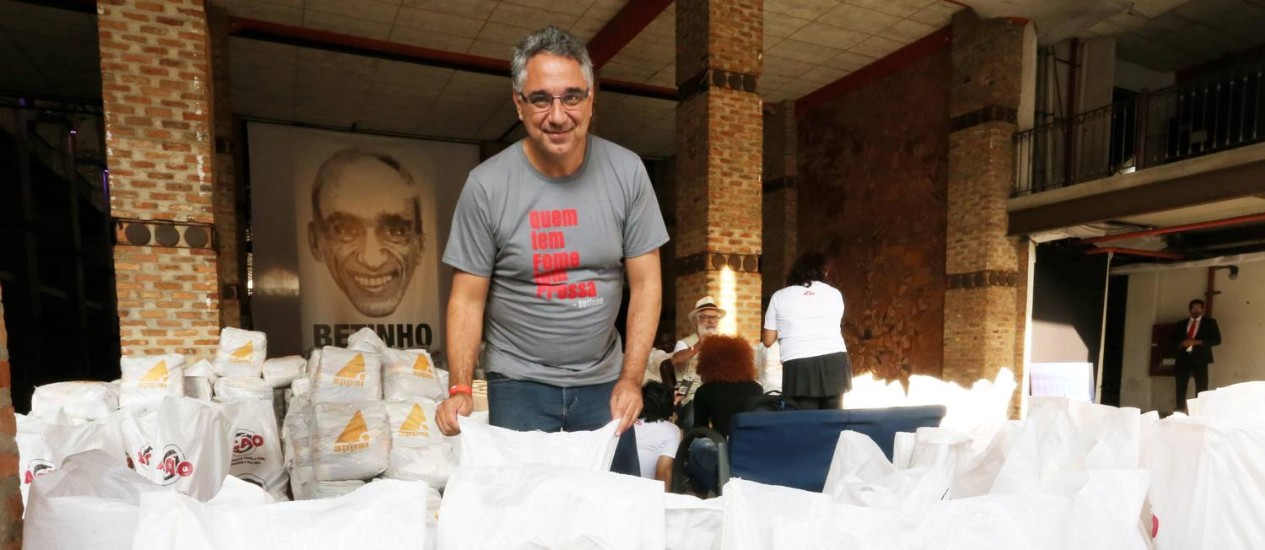 Chama acesa. Daniel de Souza, filho de Betinho, ao lado dos diversos alimentos arrecadados Foto: Guilherme Pinto / Agência O Globo