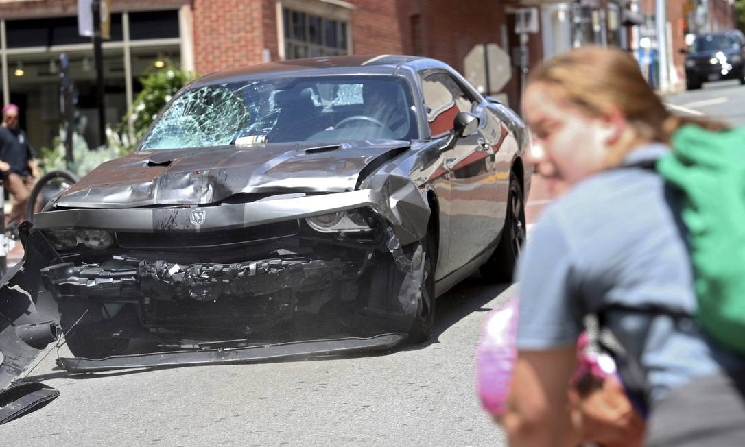 Carro dá marcha a ré depois de atropelar grupo de manifestantes contra protesto de supremacistas brancos em Charlottesville, no estado de Vírginia, EUA Ryan M. Kelly / AP